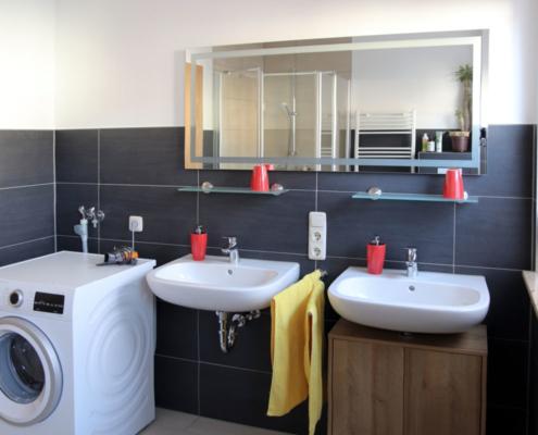 Ferienwohnung Köst Hainichen, Bad, Waschbecken und Waschmaschine
